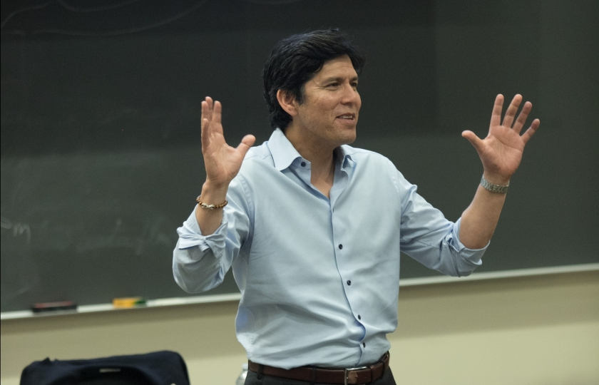 Distinguished Senior Fellow for Climate, Environmental Justice and Health Kevin de León speaks to students taking the Schwarzenegger Institute's Environmental Policy from Idea to Passage: AB 32, The Global Warming Solutions Act class